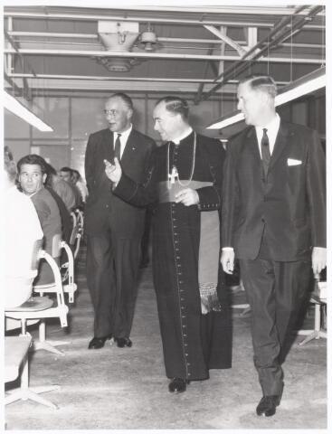 038655 - Volt. Zuid. Op 28 augustus 1964 kreeg Volt bezoek van Mgr.Bekkers, toen Bisschop van 's-Hertogenbosch .Staande v.l.n.r.: Ir.Meijer directeur, Mgr.Bekkers en Dhr.Verhoeven bedrijfsleider van Volt. De bezochte fabricage-of productie-afdeling is niet bekend.