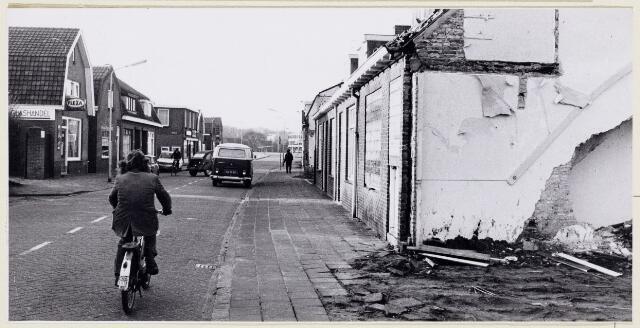 102301 - Stadsvernieuwing. Ridderstraat gezien van de Abdis van Thornstraat. Aan de rechterzijde van de straat worden de woningen gesloopt.