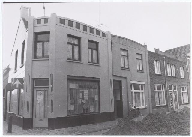 017228 - Pand Capucijnenstraat 32, waarin een advieskantoor is gevestigd. Links de St.-Annastraat
