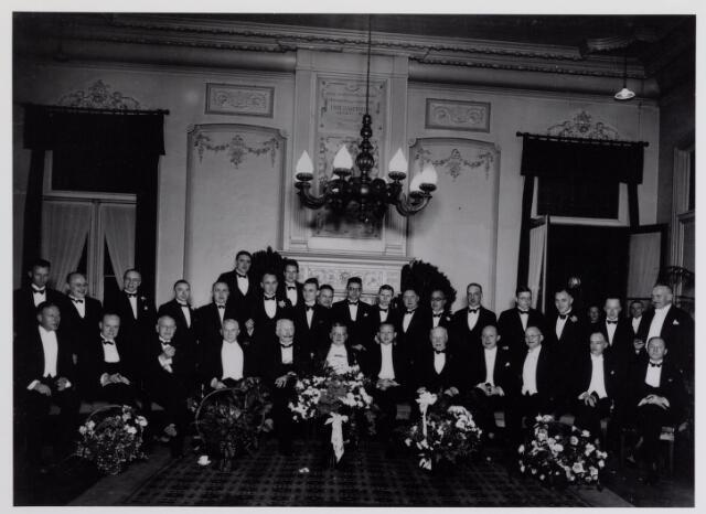 041979 - Geneeskunst. Leden van de Tilburgse afdeling van de Koninklijke Nederlandse Maatschappij ter bevordering der Geneeskunst (KNMG) in 1933 bijeen in de Philharmonie ter gelegenheid van het 75-jarig bestaan van de maatschap. Zittend van links naar rechts Van Vonno (huidarts te Breda), Sassen (oogarts te Tilburg), N.N., Verhoeven (huisarts te Tilburg), erelid dr. Deelen (kinderarts te Tilburg), dr. Taminiau (huisarts te Tilburg), dr. Van Buchem (internist te Tilburg), Hock (Boxtel), Bloemen (huisarts te Tilburg), dr. Beukers (chirurg te Tilburg), Smals (huisarts te Loon op Zand) en Lobach (huisarts te Udenhout). Staande van links naar rechts P. van Iersel (keel-, neus- en oorarts te Tilburg), Schräder (huisarts te Oisterwijk), Goossen (chirurg te Tilburg), Daniels (huisarts te Goirle), Schuerman (huisarts te Tilburg), N.N. Postma (huisarts te Tilburg), De Sain (huisarts te Oisterwijk), Kuit (oogarts te Tilburg), dr. Keyzer (kinderarts te Tilburg), Gommers (huisarts te Tilburg), Franssen (huisarts te Tilburg), Ruyter (neuroloog te Breda), Hodes, Hock (huisarts te Boxtel), Roest Collias (huidarts te Tilburg), Capetti (huisarts te Kaatsheuvel), N.N. en Clerx (controlearts te Tilburg).