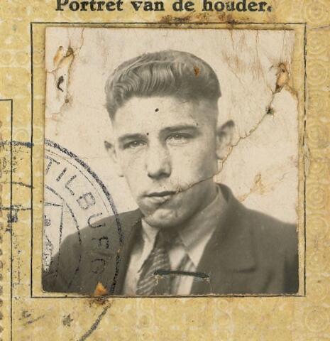 604402 - Tweede Wereldoorlog. Oorlogsslachtoffers. Henricus Franciscus P. Muurmans, werd geboren op 8 maart 1911 in Tilburg en overleed op 21 december 1943 in Tilburg.  Tijdens de oorlog was het algemene consigne dat de politie op vluchtenden moest schieten.   Muurmans werd op de bewuste avond van 21 december 1943 door zijn broer overgehaald met hem mee te gaan, waarheen is niet bekend. In de Poelstraat (nu Tafelbergstraat) werd hij in de rug geschoten door een Duitse patrouille, draaide zich om en werd vervolgens in de buik getroffen. Hulpverlening werd door de Duitsers niet direct toegestaan en hij overleed dezelfde avond nog in het ziekenhuis.