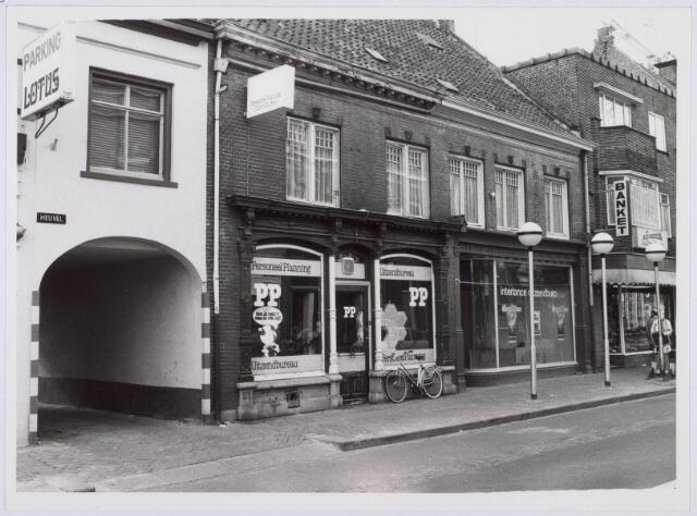 021276 - Een tweetal uitzendbureau`s aan de Korte Heuvel: links Personeelplanning en rechts Interlance, eind 1980