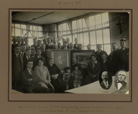 603326 G - Groepsfoto. Personeel van Drukkerij en kantoorboekhandel Jan van Laarhoven NV aan het Wilhelminapark te Tilburg. Ter ere van het 65 jarig bestaan van het bedrijf. In 1875 werd de boekbinderij gevestigd aan het Wilhelminapark en tegelijk ook uitgebreid met een papierhandel.