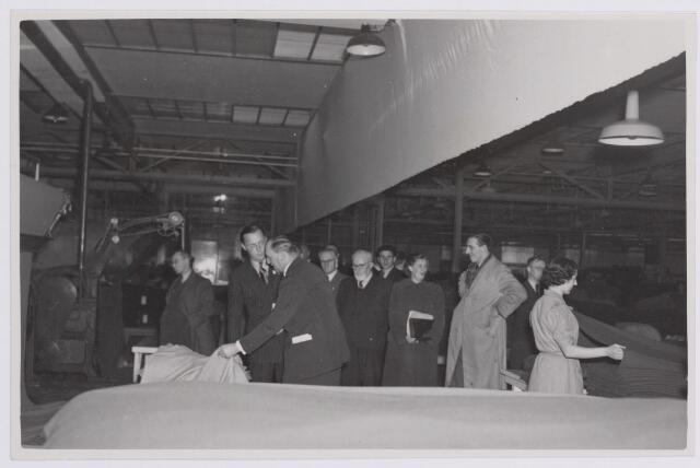 037673 - Textielindustrie. Prins Bernhard tijdens zijn bezoek aan wollenstoffenfrabriek H. F. C. Enneking op maandag 13 november 1950