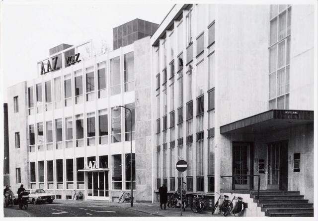 033543 - Op de voorgrond de Nederlandsche Credietbank (Kredietbank) Tuinstraat/hoek Heuvelring en daar achter sinds 1978 Bouw en woningtoezicht, voorheen A.A.Z. en V.G.Z. aan de Tuinstraat 1