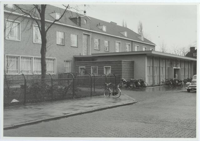 015570 - Elisabethziekenhuis. Gezondheidszorg. Ziekenhuizen. Ingang van het St.-Elisabethziekenhuis in de Boerhaavestraat, waar ook de kantine van de familie Zandboer was gevestigd. De ingang werd in 1954 gebouwd, ernaast, op de kop van de hoofdgang, werd het Dionysiuspaviljoen gebouwd voor neurologie, psychiatrie, neurochirurgie en oogheelkunde