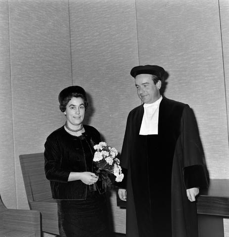 1237_004_001_005 - Hoger Onderwijs. Professor Mr. Bronckhorst met zijn vrouw nadat hij een lezing heeft gehouden op de Katholieke Hogeschool in december 1964. De foto is genomen in het Jos Bedaux gebouw, het oudste gebouw van het huidige Tilburg University.