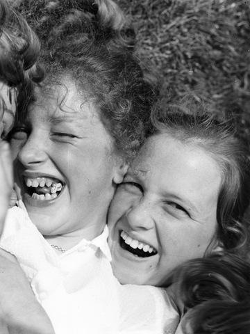 652673 - Portretten. Twee (luid) lachende meisjes