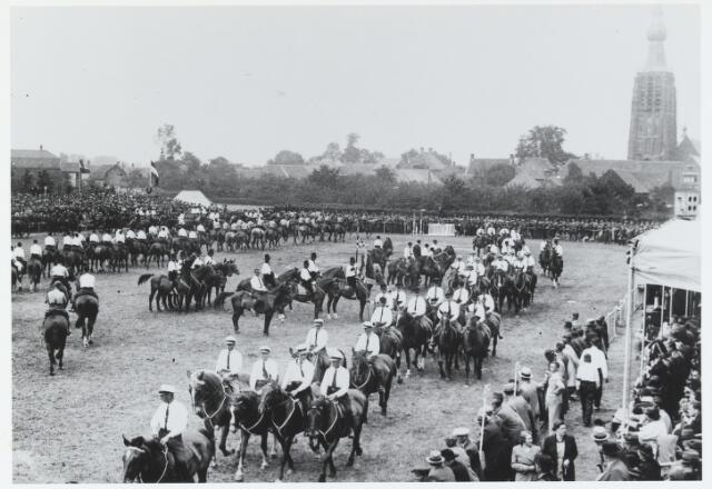 055749 - Sport. Ter gelegenheid van de viering van het tweede lustrum van de bond van landelijke rijverenigingen van de NCB werd te Hilvarenbeek in juli 1938 een groot ruiterfeest georganiseerd.