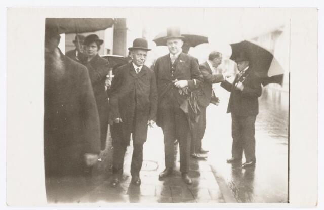 037871 - Textiel. Op 10 januari 1927 vierde Arnoldus van Eerden (met bolhoed) het feit dat hij een halve eeuw in dienst was bij de firma Janssens - Van Buren in de Gasthuisstraat. Hier wordt hij ontvangen door directeur Laurent Janssens.
