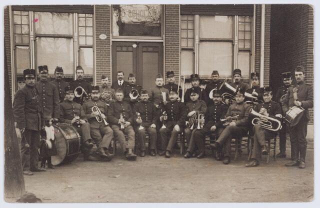 053618 - Mobilisatie. Eerste Wereldoorlog 1914 - 1918; 4e bataljon landweer afdeling Tilburg bij café A.C. Schollen aan de Besterdstraat 109