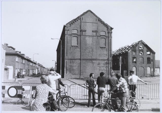 023485 - Kapelstraat op 15 juni 1981, daags na de brand in de voormalige kartonfabriek van Van Opstal