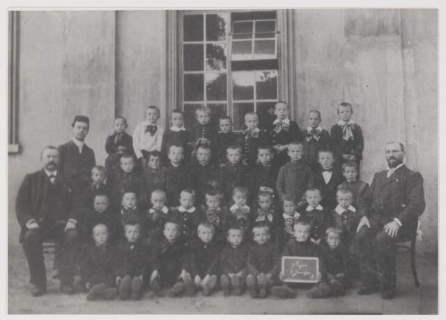 081630 - Schoolfoto Rijen met de onderwijzers: C.L.A. Meyers, hoodfonderwijzer benoemd op 29-7-1892. Geboren te Tilburg op 19-2-1854 en overleden te Gilze en Rijen op 10-11-1916; dhr. H.C. van Beckhoven geboren te Oisterwijk op 15-10-1865 en benoemd op 13-5-1885 en dhr. G.E. Verhelst benoemd op 22-1-1904.