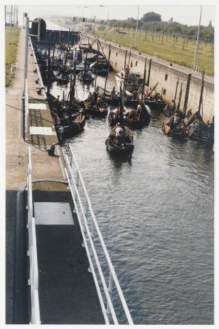 91328 - Terheijden, Zomerfeesten 1880. De zomerfeesten hadden plaats op 24, 25 en 26 augustus 1990. Zondag 26 augustus stond in het teken van gilden wedstrijden. Deze scheepjes - liggen waarschijnlijk in de sluis bij Oosterhout en zijn op weg naar Terheijden - en doen mee met de middeleeuwse  festiviteiten.
