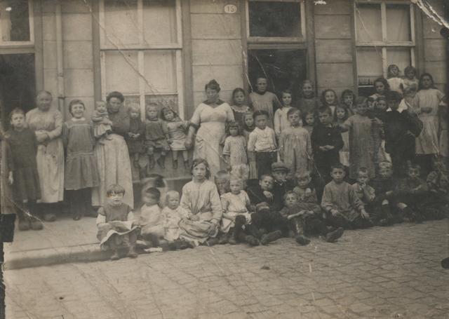 651128 - Familie Snels, Tilburg. Foto genomen van een deel van de kinderrijke buurt voor het pand aan de Anna Paulownastraat 15 in Tilburg.