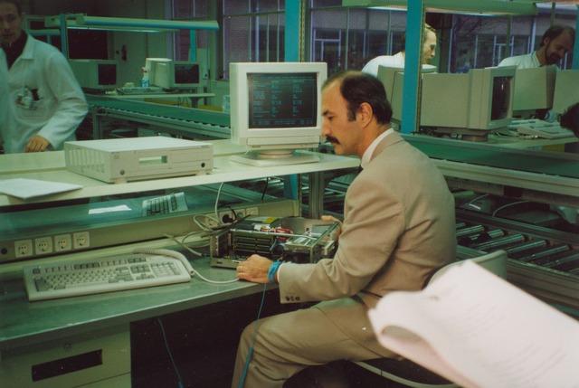 """064180 - Volt Noord. Eind december 1991 bezocht Wubbo Ockels, Nederlands eerste ruimtevaarder, in het kader van het populair wetenschappelijke televisieprogramma """"Wetenswaardevol"""" de afdeling BAC (Bundling and Assembly Centre voor Personal Computers"""" van Volt Noord."""
