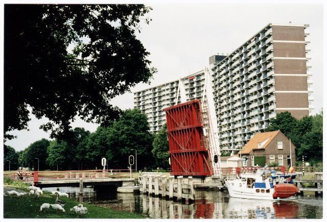 039902 - Ophaalbrug over het Wilhelminakanaal nabij de Oude Lind.