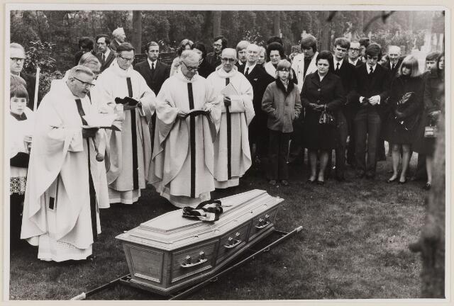 084669 - Begrafenis van burgemeester J. Loots van Baarle-Hertog