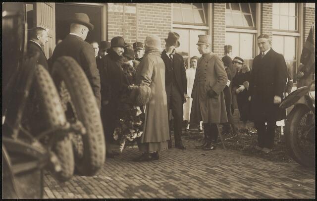 603816 - Watersnoodramp 1926.  De hoge waterstanden van de Maas en haar zijrivieren veroorzaakten in januari 1926 overstromingen. De dorpen Nederasselt, Overasselt, Balgoy, Hernen, Leur en Bergharen bijvoorbeeld kwamen volledig onder water te staan. Door het binnenstromende water en ijs  werden 3000 huizen beschadigd of verwoest. Mensen en vee vluchtten voor dat geweld en werden opgevangen in verschillende steden o.a. in Tilburg.  Koningin Wilhelmina (1890-1962) bracht in Tilburg een bezoek aan de vluchtelingen van deze watersnood ramp.