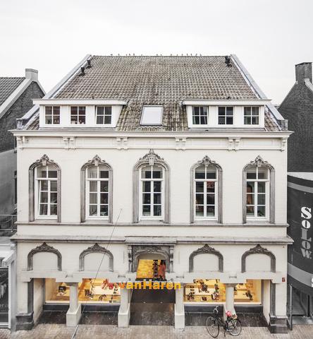 1611_103 - Heuvelstraat in Beeld. In 1975 werd hier de Heuvelhofpassage geopend. L Mutsaers had het concept bedacht en Architectenbureau Bollen, Coumans en Schuit tekende voor de uitwerking. Al snel bleken de entrees te smal en werd het Architectenbureau Van Oers ingeschakeld om die te verbreden. Sinds 206 is de Heuvelhof niet meer aan de orde. Het pand staat op de MIP lijst.