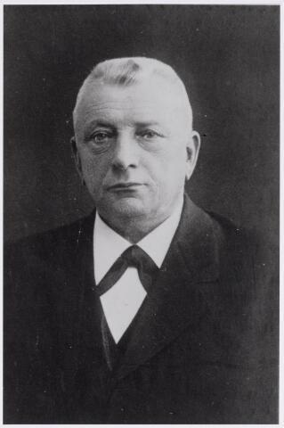 045902 - Peter (Piet) van Besouw, geboren te Goirle op 19 juni 1851, zoon van Nicolaas van Besouw en Maria Catharina van Dun. Hij werd in 1882 bedrijfsleider van de Geldropse wollenstoffenfabriek Van den Heuvel en later fabrieksdirecteur aldaar. Hij was in Geldrop ook lid van de gemeenteraad, bestuurslid van de boerenleenbank en vice-president van de St. Elisabethvereniging. Hij trouwde te Strijp op 4 februari 1891 met Maria van Mierlo en overleed te Geldrop op 14 juli 1923.