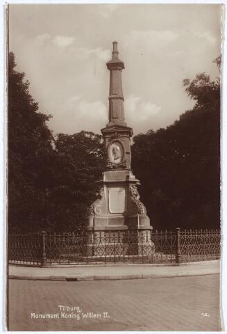 002509 - Gedenknaald voor Koning Willem II op de hoek Monumentstraat-Paleisstraat. Duidelijk zichtbaar het portretmedaillon van de koning, vervaardigd door beeldhouwer Jozef Geefs. De onthulling vond plaats op 17 maart 1874. Prins Hendrik, een zoon van Willem II, en zijn gevolg werden aan het station afgehaald door de commisaris van de koning in Noord-Brabant, de burgemeester van Tilburg en de wethouders. Bij het monument was ook de gemeenteraad aanwezig en de leden van de handboogschutterij 'Honos alit arcum' waarvan Willem II beschermheer was. Verder verschillende verenigingen en veel inwoners. 'Geen wonder dus' sprak de burgemeester, 'dat Tilburg fier is op de zuil die de nakomeling niet alleen de plek zal wijzen, waar de groote, hoogvereerde koning zijn aardsche leven eindigde, maar welke zuil tevens den nakomeling zal blijven verkonden wat die koning voor Nederland en speciaal voor Tilburg geweest is.' Na 'deze krachtige toespraak' verliet prins Hendrik het terrein, waarna door leden van de 'Tilburgsche afdeeling van het Metalen Kruis', waaronder enkele oudstrijders van Waterlo, een krans bij het gedenkteken werd gelegd. De muziek werd verzorgd door de Nieuwe Koninklijke Harmonie die bij aankomst van de stoet het 'Wien Neerlands bloed' speelde. Nadat de burgemeester gesproken had zong de liedertafel Souvenir des Montagnards een toepasselijk koraalgezang, waarvan de tekst, gedrukt op oranje papier bij duizenden onder het volk verspreid werd. Aan prins Hendrik werd na afloop van de plechtigheid een 'déjeuné dinatoire' aangeboden in het stadhuis van Tilburg.