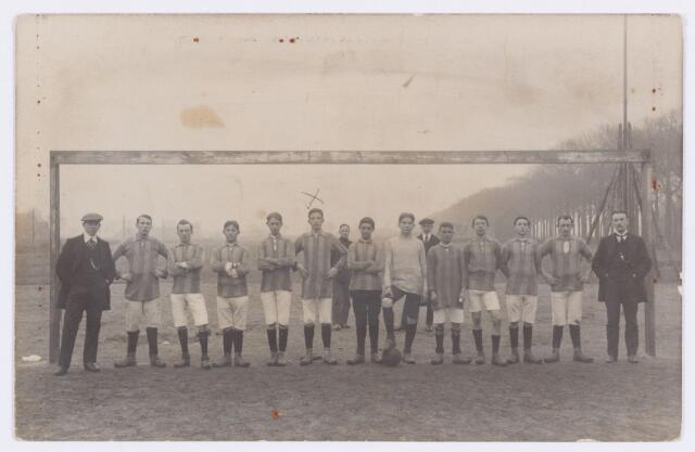 054155 - Sport. Voetbal. NOAD. Een elftal van NOAD omstreeks 1920. Zesde van links is Th. Smulders (1895-1983). Hij was onderwijzer aan de r.k.ere school St. Paulus aan het Molenbochtplein.