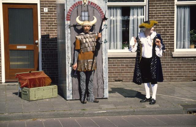 656910 - Sint Job viering in Berkel-Enschot. Straattoneel tijdens het pleinfeest. Acteur in fantasie historische kostuums geïnspireerd op de vikingen en barok.  Op de tweede, of soms derde, zondag van mei gaan mensen op bedevaart naar Sint Job in Enschot. Dit is tegenwoordig een dorpsfeest, pleinfeest Sint Job. Met in de ochtend een mis in de Sint Caeciliakerk.
