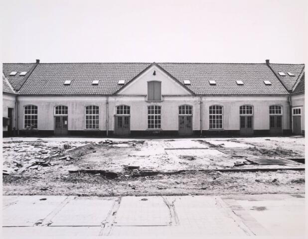023342 - Afbraak van de voormalige textielfabriek Beka. Het pand op de achtergrond, deel uitmakend van de vroege lancierskazerne en gelegen aan de huidige Kazernehof, werd later gerenoveerd, waarna er het gemeentelijk archief in werd ondergebracht