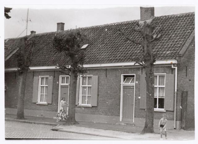 047037 - Voorzijde panden Dorpsstraat 57-59, richting noord. Gebouwd na een brand op 4 maart 1900 door landbouwer Van Erven-Kuijpers.