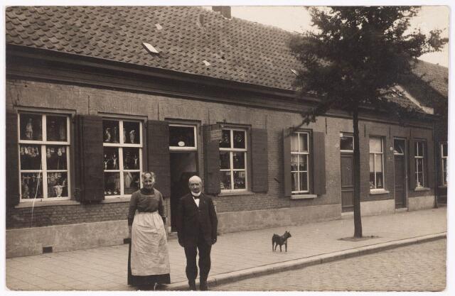 """033393 - De Bosscheweg, vanaf 1 januari 1969 v.l.n.r. Tivolistraat 65-63-61.Links het pand Tivolistraat 65, voorheen Bosscheweg  415. Hier had de familie Verburgh een meubelzaak, waar volgens de inrichting van de etalages ook katholieke devotie-artikelen verkocht werden. Dit is een opmerkelijk feit, want de eigenaar, Steven Johan Verburgh, was protestant. Voor de winkel het echtpaar Verburgh; rechts Steven Johan geboren te Zutphen op 9 februari 1849 en overleden te Tilburg op 14 juli 1928. Links Jacoba Snippe, geboren te Brummen op 23 maart 1851, overleden te Tilburg op 8 december 1924. Na hun dood werd de zaak voortgezet door hun twee ongehuwde kinderen Steven J.P. en Jacoba H.P.J. Verburgh. In 1937 wordt Steven Johan Pierre Verburgh """"koopman in ongeregelde goederen"""" genoemd. Rechts van de zaak, Tivolistraat 63, voorheen Bosscheweg 413, het woonhuis van de familie Verburgh. Als laatste overleed Steven J.P. Verburgh in dit huis op 4 februari 1957."""