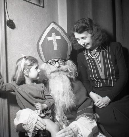 654412 - Privéarchief Schmidlin. Sinterklaas op bezoek. Rechts Betsy Sellen.