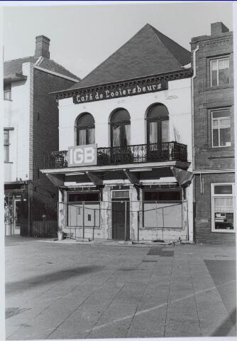 021093 - De Looiersbeurs tijdens een verbouwing. Er zou café-restaurant-tearoom Royal in gevestigd worden