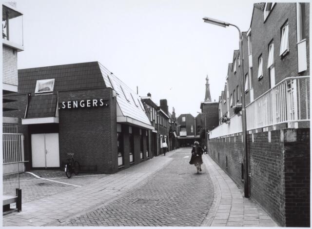 025536 - Langestraat gezien in de richting van de Heuvelstraat. Links de modezaak van Sengers en rechts nieuwbouwwoningen op de plaats van de vroegere wijnhandel van Verbunt