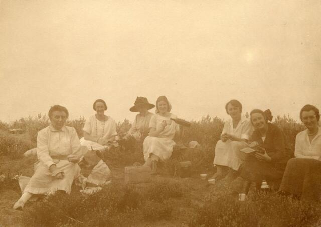 """600699 - Op de achterkant van deze foto staat vermeld: """"Pic-nic naar De Moer"""" met daarbij de volgende namen: Annette Verheijen, Elisa van Stratum, Sophie Snouck Hurgronje-Verheijen, Mary Kolfschoten,  Marguérite Verheijen, Emilie van Meeuwen, Mary Kolfschoten-Verheijen. Loon op Zand 1923.   Kasteel Loon op Zand. Families Verheyen, Kolfschoten en Van Stratum"""