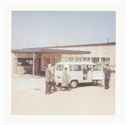 039251 - Volt, Hulpafdelingen, personenvervoer, Expeditie, Logistiek. Ruwweg van 1960 tot 1980 had Volt in Tilburg twee fabriekslocaties t.w.: in Zuid tussen de Voltstraat en de Groenstraat en in Noord aan de Zevenheuvelenweg. De bedoeling was om de gehele produktie in Noord te concentreren. In 1980 was dit een feit. In de tussenliggende jaren werd een pendeldienst onderhouden tussen Zuid en Noord m.b.v. het personenbusje op de foto. Het busje staat hier gereed voor de bewakingsloge in Noord voor vertrek naar Zuid, ( Ford Transit FK-70-47). De meest linkse figuur is de heer Geux, baas van de afdeling onderhoud wikkelgereedschappen. Uiterst rechts chauffeur Ad Jole. De  foto is van omstreeks 1963.