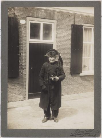 006363 - Volksfiguren: Doodsbidder Adams in uniform.