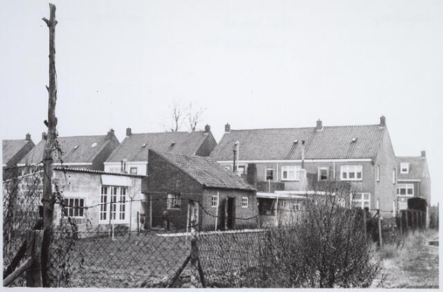 025746 - Achterzijde van panden aan het Moleneind eind 1964. Nadien werden de tuinen van deze panden drastich verkleind en kwam de scheiding te liggen ter hoogte van het donkere schuurtje. Tegenwoordig is dit de Leharstraat
