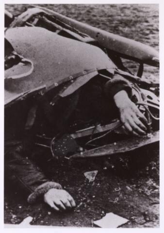 013468 - WOII; WO2; Tweede Wereldoorlog. Oorlogsschade. Vernielingen. Slachtoffer van een Duitse luchtaanval in mei 1940. Aan de kleding te oordelen betreft het hier de piloot van een neergehaald toestel. Onbekend waar de foto is genomen- vermoedelijk omgeving Tilburg