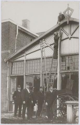 103679 - Brandweer. Kring no. 10 Goirkestraat. Brandmeester J.N. Smulders. (voorgrond)  achter bij ladder Schoenmakers.