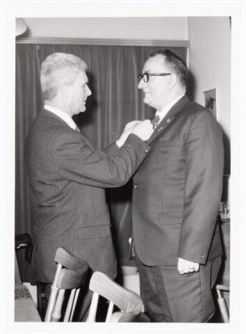 039460 - Volt, Zuid. Hulpafdelingen, Brandweer. De heer Jo Vermeulen speldt de heer van Zuijlen het Zilveren kruis op ter gelegenheid van zijn 25-jarig jubileum bij de brandweer in 1965 i.v.m. ziekte bij hem thuis.