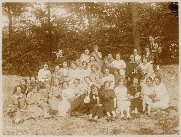 049686 - Uitje van katholieke onderwijzeressen, waaronder ook Tilburgse dames.