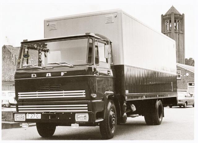 039252 - Volt, Hulpafdelingen, Vrachtwagens. Vervoer, Expeditie, Logistiek. DAF vrachtwagen van Volt, met kenteken T-27-01, gefotografeerd bij de vijver op complex Zuid omstreeks 1970.