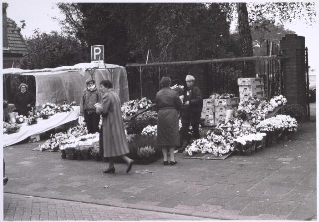 025013 - Bloemenverkoop voor het kerkhof aan de Laarstraat op Allerzielen 1985