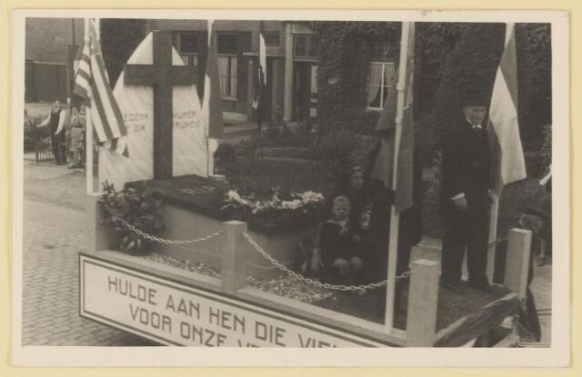 """080820 - WOII; WO2; Bevrijding Udenhout 1945. De optocht.  """"Hulde aan hen die vielen voor onze vrijheid""""."""