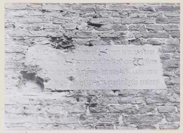100900 - Gedenksteen. Op 26 juli 1886 werd een hardstenen plaat aangebracht op het Huis Ten Strijen met het opschrift: Het huis Ten Striene of Strijen is in 1290 door Willem van Strijen gesticht, in 1325 door Willem van Duivenvoirde herbouwd, het was in de XVII eeuw vervallen en werd in 1714 en 1753 grotendeels gesloopt.