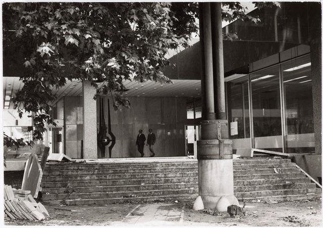 032646 - Nieuwbouw stadskantoor aan het Stadhuisplein (trappen naar ingang);