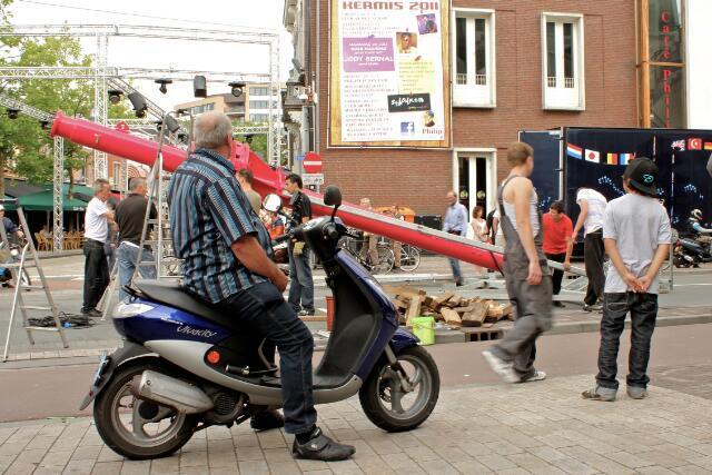651087 - Tilburgse kermis. Mannen met rijwielen tussen de benen