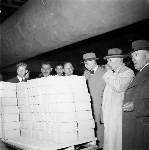 050288 - 1e steenlegging woningbouw door secretaris generaal en bezoek steenfabriek.