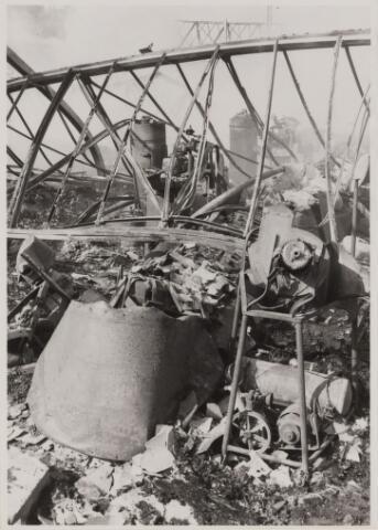 086160 - Brand Cowboy Schoenfabriek, afgebrand op 28.07.1967. verwrongen machines na de brand.